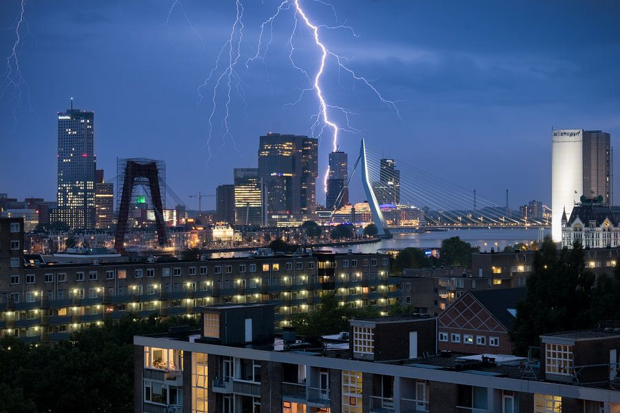 Blikseminslag in Rotterdam (avondfoto skyline) van Mark De Rooij