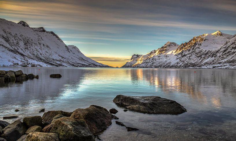 Zonsondergang in winter bij Ersfjordbotn, Noorwegen van Adelheid Smitt