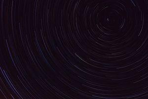 Kleurrijke sterren sporen in de nacht met Poolster