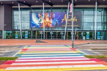 kleurrijk zebrapad in Vlissingen van W J Kok
