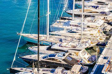 De boten van luxejachten geankerd bij jachthaven, mening van boven van Alex Winter