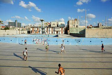 Havanna, Kuba. Verlassener Pool, in dem sich junge Leute zum Skateboarden und Fußball treffen. von Tjeerd Kruse