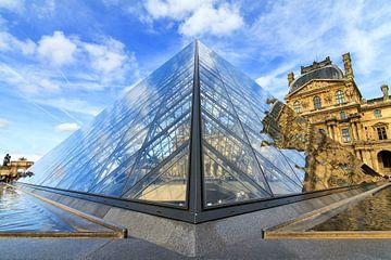 Louvre piramide reflectie van Dennis van de Water