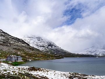 Norwegen, Berghotel an einem See von Henri van Rheenen
