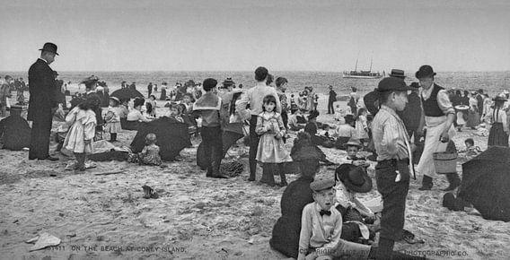 Op het strand bij Coney Island (zwart wit)