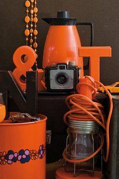 Stilleven met retro en vintage spulletjes in oranje en bruin. van Therese Brals