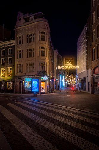 Verlichting van de Kalverstraat in amsterdam tijdens de nacht