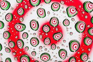 Druppels met psychedelische cirkels in rood, wit en groen van