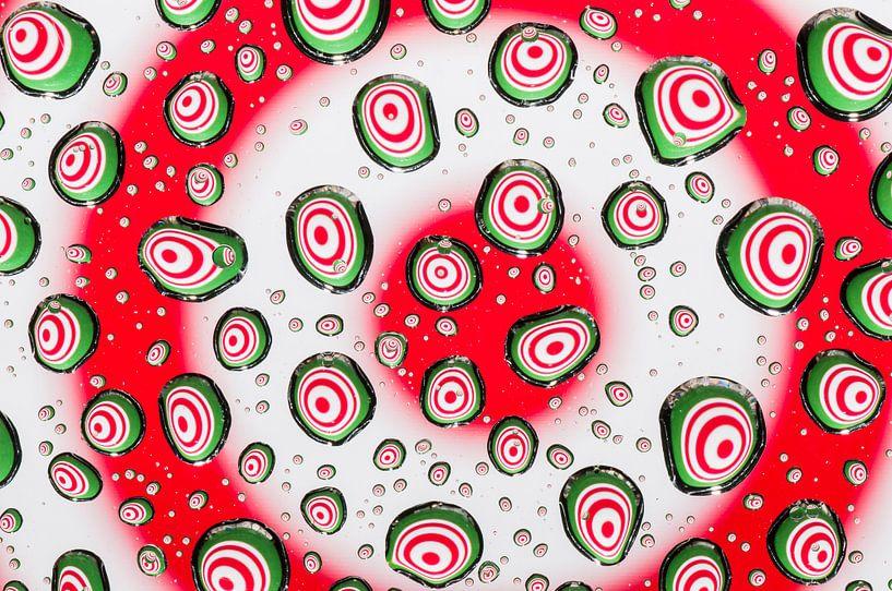 Druppels met psychedelische cirkels in rood, wit en groen van Wijnand Loven