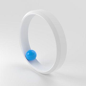 Witte ring met blauwe bal van Jörg Hausmann