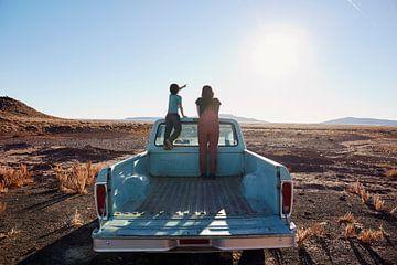 SA12501548 Frau und Kind auf einem Pickup in der Wüste von BeeldigBeeld Food & Lifestyle