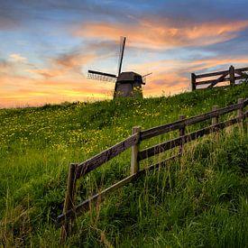 Nederlands  molen met hek tijdens zonsondergang van Peter Bolman