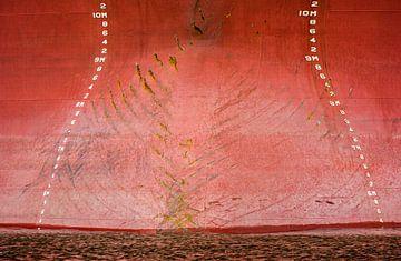 Boeg van het ship in de haven met de ankersporen. van scheepskijkerhavenfotografie