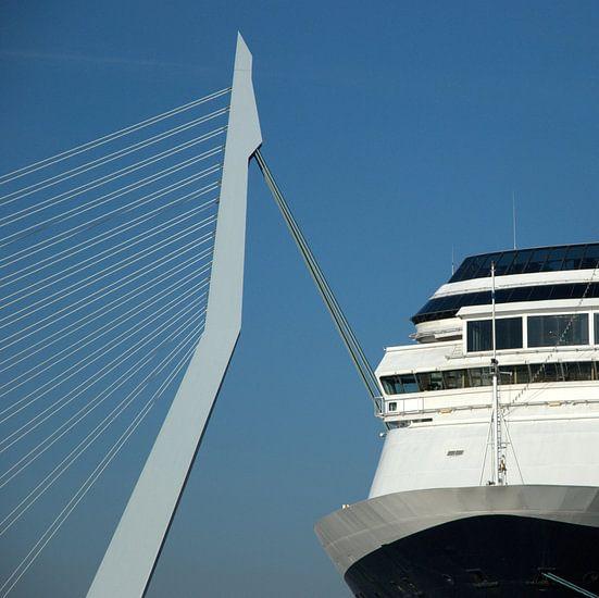 Twee bruggen: Erasmusbrug Rotterdam met brug van een cruiseschip van Margreet van der Voort