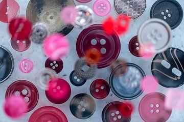Zwevende knopen boven lichte ondergrond van Margot Klaren