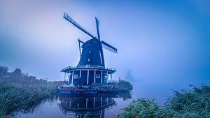 Windmolens in de mist