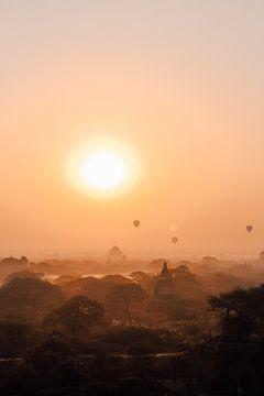 Zonsopkomst met luchtballonnen en tempels in Bagan, Myanmar van Maartje Kikkert