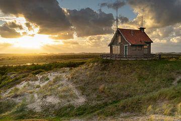 Het Seinhuisje en Groene strand op Terschelling tijdens zonsondergang. van André Post