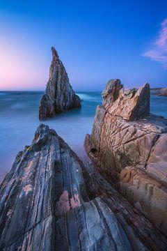 Astuiren Playa de Mexota rock jag op het blauwe uur van Astuiren Playa de Mexota van Jean Claude Castor
