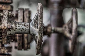Afsluiters en metalen buizen van Ans Bastiaanssen
