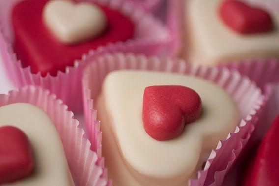 Rood & witte petit fours in hartvorm. van Henny Brouwers