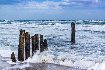 Buhnen an der Ostseeküste an einem stürmischen Tag. von Rico Ködder
