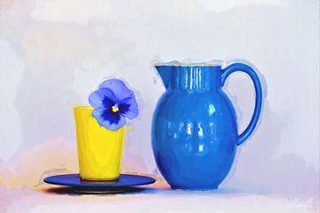 Blauw viooltje in gele beker van ellenilli .