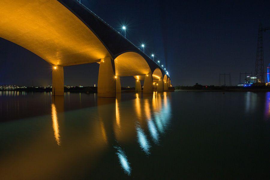 De Oversteek, Nijmegen, bij avond van Erik Wouters