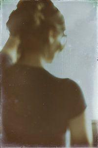 Vrouw kijkt uit het raam van