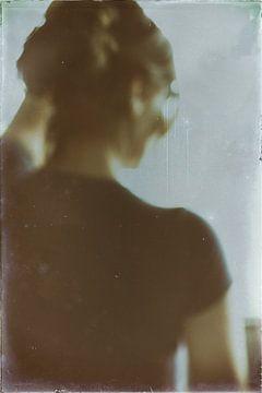 Vrouw kijkt uit het raam van Kim Verhoef
