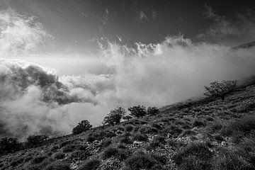 Wolken beklimmen de bergen van Ellis Peeters
