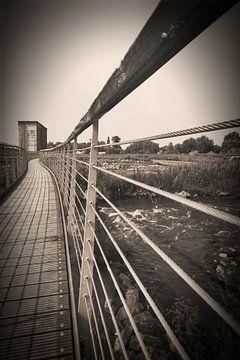 Fußgängerbrücke über fließendes Wasser von Frank Amez