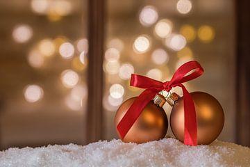 Kerstballen met rode strik op sneeuw van Alex Winter
