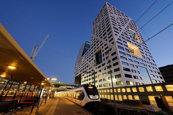Stadskantoor gezien vanaf station Utrecht Centraal met stilstaande sprinter van Donker Utrecht