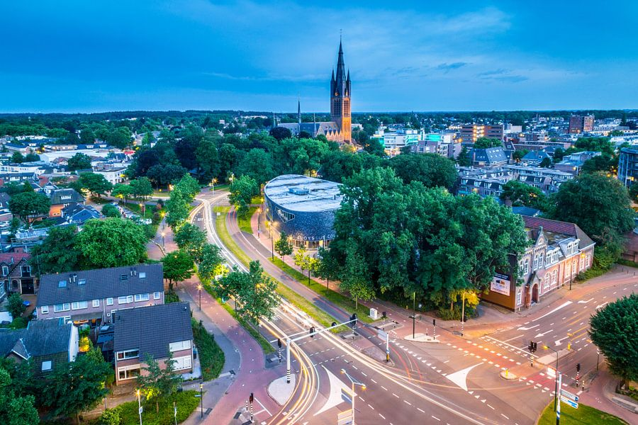 Avondfoto uitzicht Hilversum met Sint Vituskerk en Aloysius College