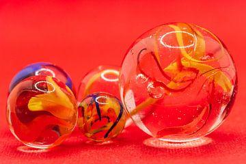 Close up van glazen knikkers met gekleurde rook in de bollen van Henk Hulshof