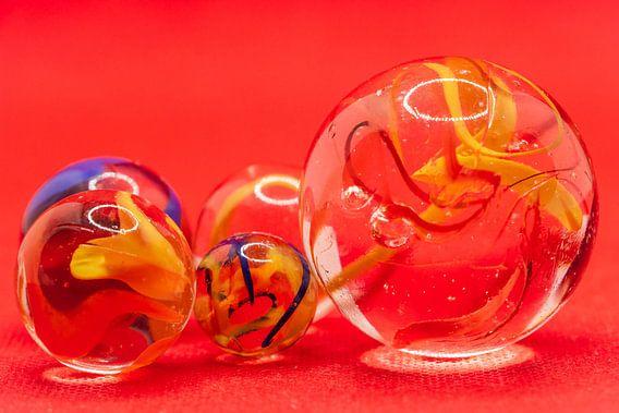 Close up van glazen knikkers met gekleurde rook in de bollen