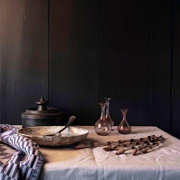 Vieille nature morte hollandaise avec étain, poterie et vieux verre