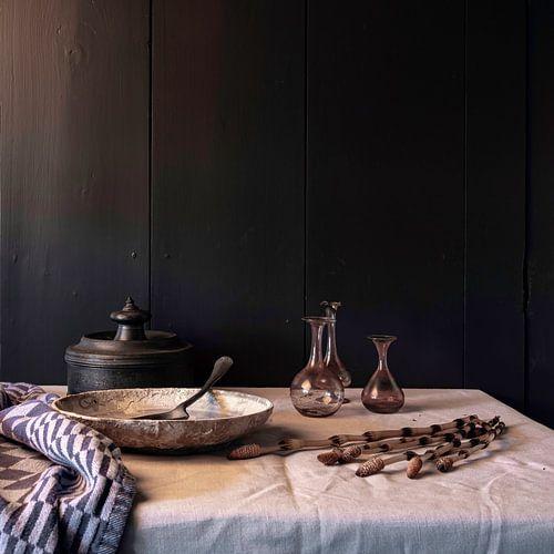 oud Hollands stilleven met tin, aardewerk en oud glas