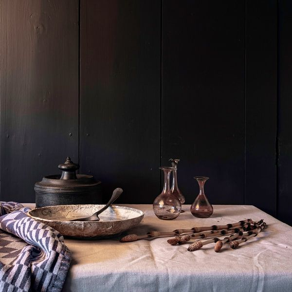 altes holländisches Stillleben mit Zinn, Keramik und altem Glas von Affect Fotografie