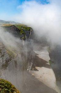 Mist over de  krijtrotsen van Etretat bij Normandië van