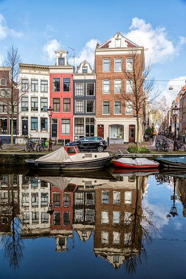 Spiegelbeeld aan de Spiegelgracht in Amsterdam. van Don Fonzarelli