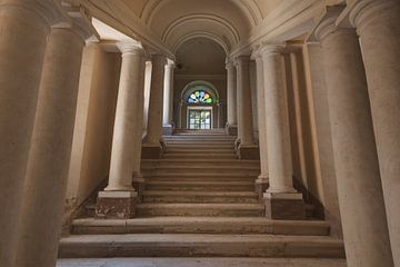 Treppenhaus mit Säulen von Perry Wiertz