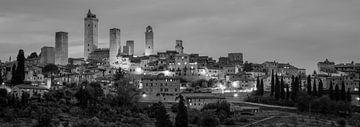 Monochrome Toskana im Format 6x17, Skyline San Gimignano von Teun Ruijters