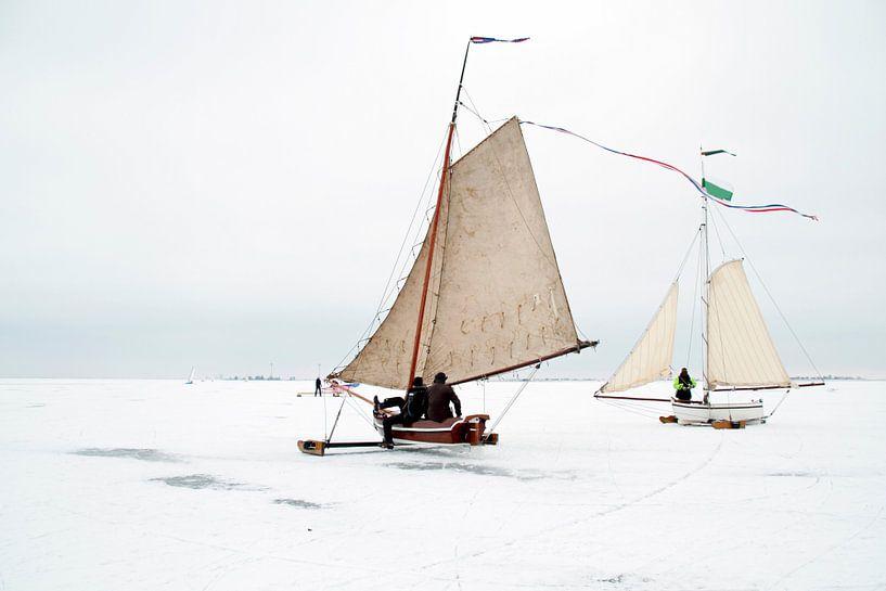 Traditioneel IJszeilen op de Gouwzee in Nederland in de winter sur Nisangha Masselink