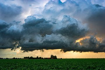 Dramatische Wolken über der Ebene von Menno van der Haven