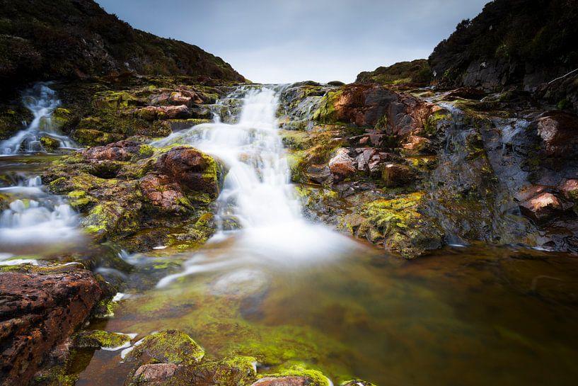 Schotland: Waterval van rivier de Rha op Isle-of-Skye van Remco Bosshard