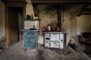 Keuken in verlaten huis van