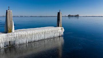 IJspegels en bevroren water langs de waterkant