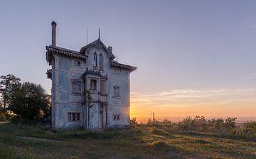 Verlassene Villa bei Sonnenuntergang von dafne Op 't Eijnde